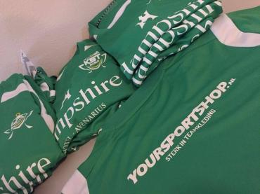 Vrijwilligers Karel Stegeman Toernooi voorzien van nieuwe shirts